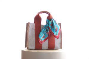 Pañuelo de seda como complemento para el bolso