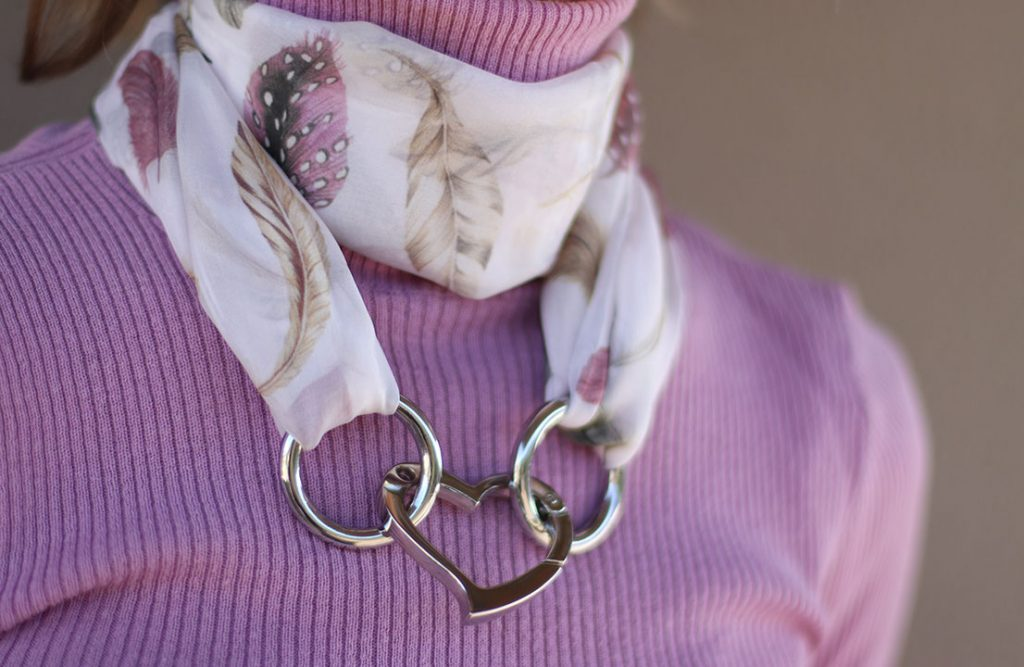 Pañuelo de seda usado como collar