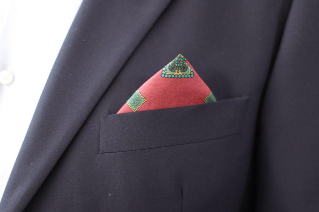 Pañuelo de pico para combinar con traje
